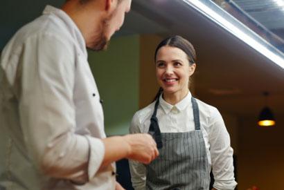 Un cuisinier et une cuisinière qui discutent